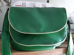 Sac Musette en simili vert cousu par Ingrid - Patron Sacôtin