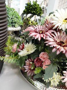 Belos artifícios! Lance mão das flores artificiais para dar um toque de cor e beleza na decoração. Não parecem naturais? #produtomarche #floresartificiais #decoracao #marcheobjetos