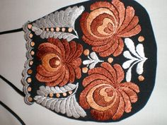 Hungarian Embroidery, Embroidered Bag, Fashion History, Hungary, Urban Fashion, Doilies, Folk Art, Embroidery Designs, Coin Purse