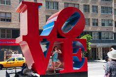 """Escultura """"LOVE"""" de Robert Indiana na sexta avenida."""