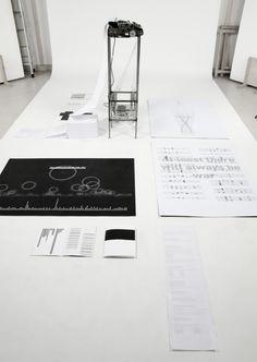 On Journalism #2 Typewriter, una instalación de Julian Koschwitz que escribe historias de periodistas asesinados de todo el mundo desde 1992 a la actualidad.