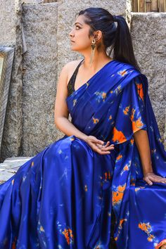 Looking for stylish blouse designs for sarees? Here are chic blouse models with fancy neck and sleeve designs that you can wear with any saree. Shibori Sarees, Georgette Sarees, Sarees For Girls, Satin Saree, Silk Satin, Indian Beauty Saree, Indian Hair, Indian Sarees, Designer Silk Sarees