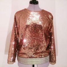 Co máte třpytivého na svátky, vánoční večírek, na Silvestra? A co tento flitrový top s 3/4 rukávem z kolekce MMstudio z exkluzivní látky v měděném odstínu. Budete naprosto nepřehlédnutelná …cena 2.500,-Kč …na zakázku a k dispozici pouze na jeden kus! #mmstudiocollection #mmstudiofashion #fashion #glitter... glitter top tshirt