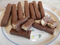 """How to make Kit Kat Chocolate Welcome to my channel """"Loukas Cooking Show"""" My name is Loukas and i am from this beautiful island called Cyprus. Kit Kat Dessert, Chocolat Halloween, Yummy Treats, Yummy Food, Butter Mints, Desserts With Biscuits, Grape Recipes, How To Make Chocolate, Recipe Today"""