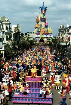 Teemapuiston viisivuotisjuhlia vietettiin vuonna 1997 näyttävällä paraatilla.