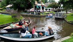 A vila sem estradas da Holanda  A aldeia Giethoorn, na Holanda, não possui estradas, e seu único acesso é pela água em seus muitos canais. O local é cheio de pontes em arco e os moradores utilizam pequenos barcos para se locomover.