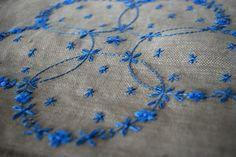 スウェーデン刺繍のリネンのクロス「花輪」   iichi(いいち)  ハンドメイド・クラフト・手仕事品の販売・購入
