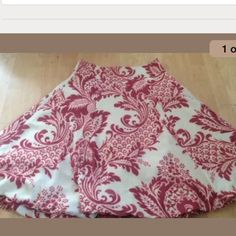 DKNY circle skirt DKNY circle skirt Size 4 Beautiful pattern, beige with dark red 100% silk body, polyester lining Closes with zipper on the side Great condition! DKNY Skirts Circle & Skater
