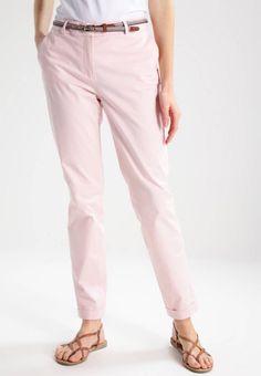 Esprit Collection. CHINO - Chino - pastel pink. Longueur extérieure de jambe:96 cm en taille 38. Composition:98% coton, 2% elasthanne. Taille:normale. Fermeture:Braguette avec fermeture éclair dissimulée. Longueur intérieure de jambe:76 cm en ta...