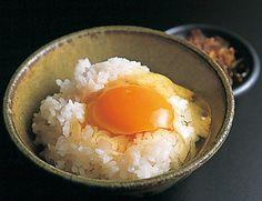 サイドメニューとして人気なのが、「日本一のこだわり卵かけご飯」。茨城県から毎日仕入れているこだわりの卵に、自家製の醤油をかけた逸品です。鮮やかなオレンジ色をした卵をかけたごはんもぜひ味わってみてください。ラーメンとの相性もぴったりです。
