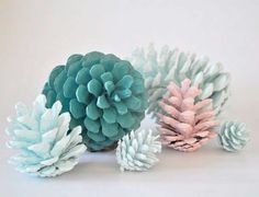 Pine cones are a great crafting supply as they are easy, inexpensive, and fun. Start gathering pine cones in the Autumn when they're free. I have used them to decorate at Christmas time and also pain Diy Projects To Try, Craft Projects, Craft Ideas, Ideas Decoración, House Projects, Craft Tutorials, Decor Ideas, Painted Pinecones, Diy And Crafts