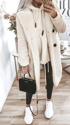 Women& fashion in autumn / winter with a white coat, one-Damenmode im Herbst / Winter mit einem weißen Mantel, einem beigefarbenen Sweatshirt und weißen Turnschuhen. Fall / Winter womens clothing with a white coat, a beige sweatshirt and white sneakers. Cozy Winter Outfits, Casual Fall Outfits, Classy Outfits, Winter Clothes, Chic Outfits, Autumn Outfits, Beach Outfits, Preppy Outfits, Spring Outfits