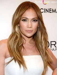 Jeniffer Lopes mais loira e com os cabelos repicados