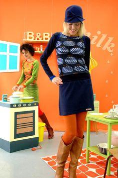 Schönes Kleid aus weichem dunkelblauem Baumwolljersey mit einem Apfel-Herzmuster in blau-braun-creme.Es hat kleine Knöpfe an den Einfaßbändern an den