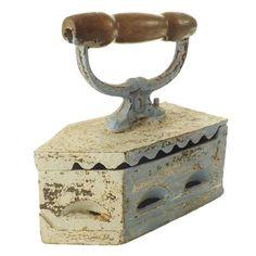 Ferro de Passar Antigo, utilizado com Brasa. Construído em Ferro Fundido com pega mão de madeira trabalhada. Possui efeito de pintura gasta. A Marca é Fama. R$ 112,20