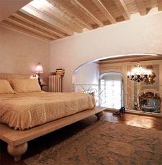 La camera da letto è calda, accogliente e respira insieme al resto della casa, grazie al soppalco aperto sulla zona living. #interiordesign #dandainteriors #bedroom
