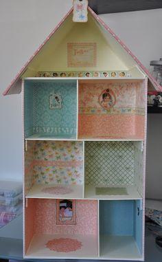 Há uns tempos atrás e depois de ver uma casa de madeira forrada com papel, decidi que tinha de ser possível fazer uma casinha de bonecas a p...