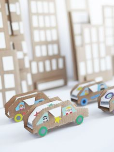 How clever are these little cardboard cars? Cardboard city = super fun rainy day activity!