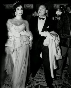 Elizabeth Taylor at the 1957 Oscars Gorgeous, glam, and topped off with a tiara: Lohan, this is how Hollywood royalty is meant to dress. Hollywood Stars, Old Hollywood, Golden Age Of Hollywood, Hollywood Glamour, Classic Hollywood, Hollywood Party, Hollywood Fashion, Jacques Fath, Young Elizabeth Taylor