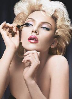 Scarlett Johansson applying her makeup