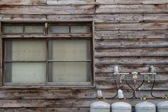 古い板張りの民家と窓