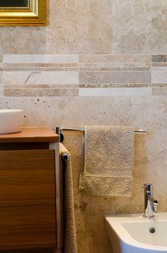 Bagni in travertino con mosaici in pietra