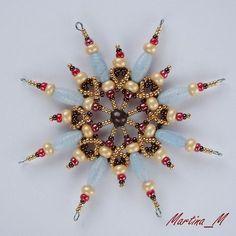 LOVE 11Vánoční+hvězda+2014_34+Vánoční+hvězdička+střední+velikosti+z+plastových+a+skleněných+korálků+a+perliček+v+kombinaci+bledě+modré,+hnědé,+zlaté+a+růžové.+Průměr+cca+10+cm,+díky+koncovým+očkům+lze+zavěsit+na+háček.+Pouze+1+ks+-+originál.