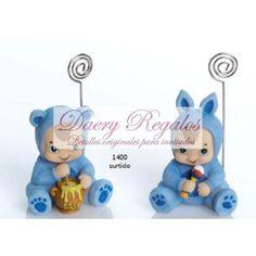 Sujeta-Tarjetas Bebe Pijama Animalito Celeste | Detalles de Bautizo  Sujeta tarjetas de Bebés vestido de animalitos que se sirven en colores surtidos