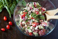 Komkommer, kerstomaatjes, feta, rode ui en rucola. Dressing van mayonaise en limoen. Heerlijke zomerse salade.