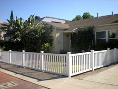 65 Front Yard Privacy Fence Remodel Ideas on A Budget - InsideDecor Backyard Fences, Fenced In Yard, Front Yard Landscaping, Landscaping Ideas, Fence Garden, Vinyl Privacy Fence, Yard Privacy, Privacy Fences, House Fence Design