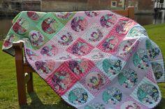 Ausführlich Anleitung für einen Quilt aus 12 Königinnenblöcken und 33 zum Kreis geschnittenen Four-Patch-Blöcken (Stoffe: Tula Pink). Außerdem schöne Anleitung für Quiltschablone