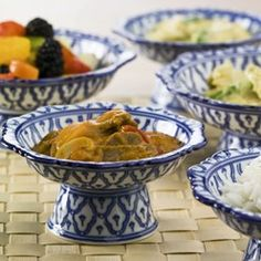 Thaise rode curry: Pittige rode curry met plakjes rundvlees, gember, courgette, bamboe en ananas.
