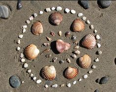 Natuurlijke mandala maken - geweldige strandactiviteit. www.activitheek.nl