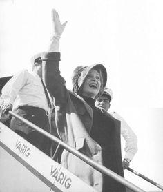 """Marlene Dietrich chega ao Brasil para um show no Golden Room do Copacabana Palace. Ela chega via Varig !Isso aconteceu em 1959. Ouça La Dietrich cantando """"Luar do Sertão"""" de Catulo da Paixão Cearense durante o show do Golden Room."""
