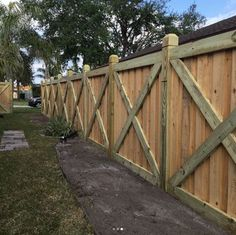 43 Inspiring Privacy Fence Design Ideas For Your Backyard - There are three wood privacy fence designs that rank among the top. These include the lattice-top, shadowbox and your basic privacy fence. Wooden Fence Gate, Wood Privacy Fence, Privacy Fence Designs, Timber Fencing, Cedar Fence, Wood Fences, Rustic Fence, Brick Fence, Pallet Fence