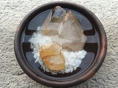 LIMPIEZA DE PIEDRAS Base de sal de mar (idealmente) con agua; los cristales con punta, está siempre debe quedar fuera del agua.