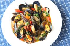 PEI – Recipes and tips on how to cook, buy and store fresh and nutritious Prince Edward Island Mussels! Source: Mussels with Roast Peppers and Salsa Verde – PEI Mussels – … Pei Mussels Recipe, Zucchini Salsa, Surf And Turf, Roasted Peppers, Salsa Verde, Chinese Food, Summer Recipes, Seafood Recipes, Entrees