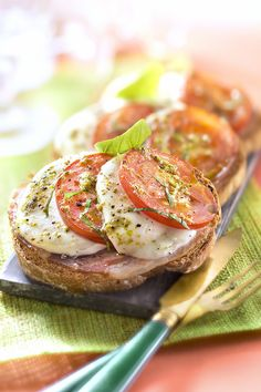 Petite recette de tartines à l'italienne super facile et gourmande pour l'apéro avec tomates et mozzarella ! #recette #toast #tomate #mozza #tartines #apero