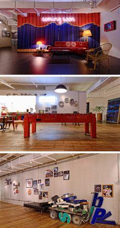 Decoração de escritório com pista com DJ e sala de reunião com grama