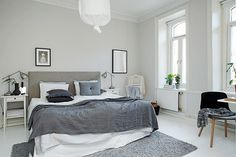 Tässä Göteborgissa sijaitsevassa 75 neliön kokoisessa kolmiossavalo pääsee liikkumaan kevyestivalkoisilla seinäpinnoilla sekä puulattialla. Talon juuret ulottuvat niinkin pitkälle kuin 1800-luvun loppuun. Tämä näkyy mm. katon koristeellisissa yksityiskohdissa sekä ikkunalautojen syvyydessä ja ikkunakarmien muodoissa. Tämä Alvhem sivuilla myynnissä oleva koti on todellinen skandinaavisen raikkaan kevyen sisustamisen perikuva. Olohuoneessa on seinillä sijoitettutauluja sopivan sekaisin ja…