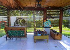 O pergolado em madeira foi totalmente cercado por área envidraçada e transformado em uma brinquedoteca, que dispõe de mesa de jogos, brinquedos variados e jogos educativos.