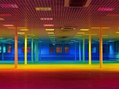 Coloque um arco íris dentro do seu projeto. O espaço Rainbow Room To Arouse Memories em Manchester UK e um verdadeiro convite a percepção e a novas experiências. Nada de sistemas de misturas RGB ou RGBW, RGB + âmbar + magenta + cian. São apenas gelatinas em luminárias bem básicas de lâmpada tubular com aleta de alumínio num forro colmeia. É impressionante a transição do espectro, é difícil conseguir chegar em uma luz com tanta saturação de cor!