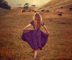 Elle était déchaussée ~ L'avenir est à réinventer poésie poème pieds nus femme blonde vaches champs campagne