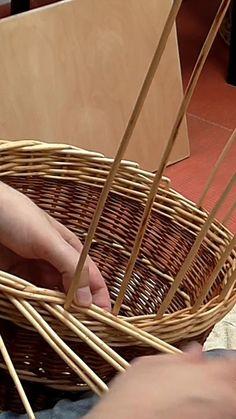 Paper Basket Weaving, Basket Weaving Patterns, Willow Weaving, Weaving Projects, Weaving Art, Diy Projects, Newspaper Basket, Newspaper Crafts, Diy Home Crafts