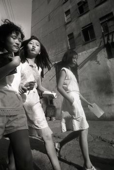 Vivian Maier and Lu Yuanmin : Shanghai Meets Chicago, Chicago Meets Shanghai - The Eye of Photography - photo: Lu Yuanmin Photography Pics, Amazing Photography, Vivian Maier Street Photographer, Vivian Mayer, Shanghai Girls, New York, Street Photographers, Candid, Yorkie
