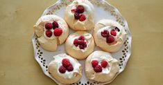 Jsou tyhle minipavlovky. Rychlovka ze zbylých bílků. Zkoušela jsem poprvé a rozhodně ne nasposledy. Potřebujeme: 4 bílk... Meringue Pavlova, Cheesecake, Pie, Pudding, Sweets, Cooking, Desserts, Recipes, Food