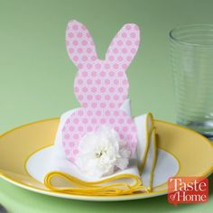 Add some spring flair to your home decor for less with these dollar store DIY easter decorations. From easter centerpieces to easter wreaths, there are plenty of cheap and easy easter decor ideas for the home. Easter Peeps, Hoppy Easter, Easter Party, Easter Gift, Easter Tree, Easter Projects, Easter Crafts For Kids, Diy Projects, Bunny Crafts