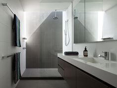 10 Inspirational examples of gray and white bathrooms