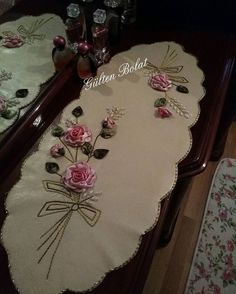 Benim yıllardır kullandığım kendi örtüm ütü gerekmez yıkanabilir ve eskimez ilk günkü gibi Silk Ribbon Embroidery, Hand Embroidery, Ribbon Art, Bargello, Table Runners, Room Organization, Beads, Sewing, Flowers