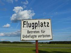 Hinweisschild am Segelflugplatz Oerlinghausen im Teutoburger Wald bei Bielefeld in Ostwestfalen-Lippe